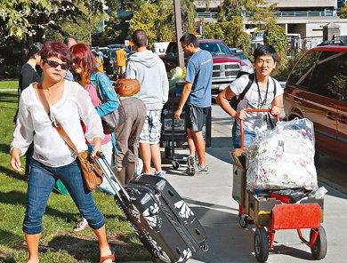加拿大华裔大学新生入学全家出动教育界吁独立