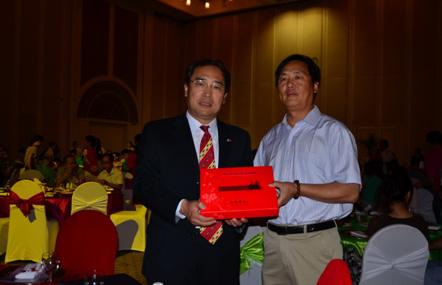 驻博茨瓦纳大使馆办中秋晚会华社向侨胞赠送月饼