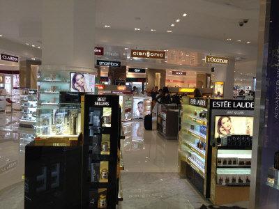 华人成洛杉矶机场免税店消费主力做好功课扫货