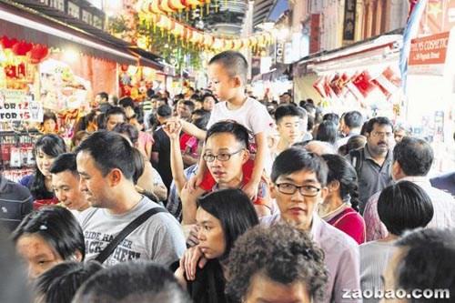 天气给力户外购物 新加坡唐人街年货市场生意..