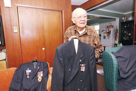 黄活光15日将穿上退伍军人制服和挂上勋章,见证道歉。(加拿大《明报》/陈志强