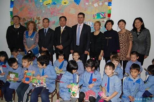 阿根廷华侨社团向第一所公立中西文学校赠送书籍