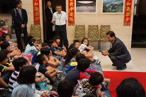 """中国驻长崎总领事为日本小学生亲授""""中国课"""""""