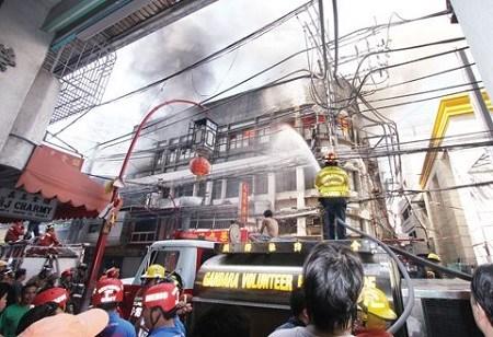 菲律宾马尼拉华人区餐厅发生火灾 建筑完全焚..