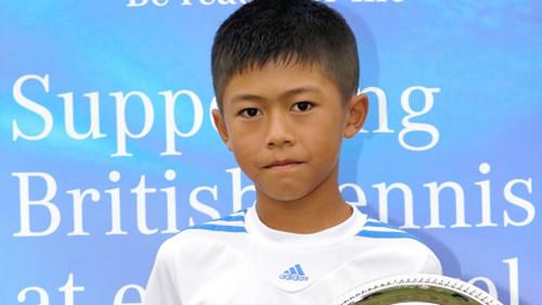 华裔网球小将显身手英国12岁组以下排名第一(图)