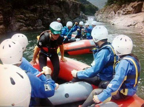 米兰华人社团组织会员峡谷冲浪强化团结协作(图)
