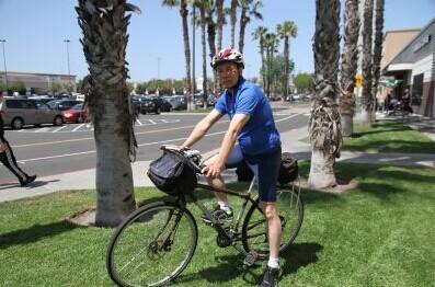 华裔工程师庆60岁生日独自骑单车横跨美国东西岸