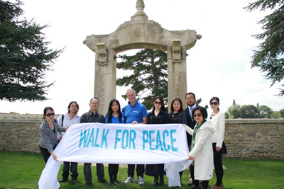 贝茨勋爵和英国华社代表在法国华工墓园前合影。(法国《欧洲时报》/严振羽
