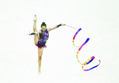 美国华裔女孩青奥会摘艺术体操铜牌获全场掌声