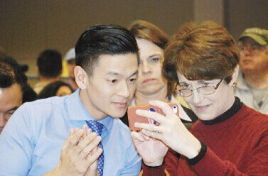 中国侨网罗达伦(左)在庆祝会中一直注意开票进展情形。(美国《世界日报》/王金城 摄)