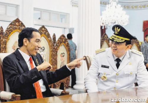 中国侨网印尼总统佐科(左)与新任雅加达特区首长钟万学关系密切,两人在就职典礼上展现出轻松的一面。(新加坡《联合早报》援引法新社)