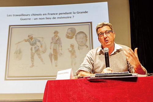 中国侨网图为法国波城大学讲师罗兰·多纳尔介绍一战在法华工。(法国《欧洲时报》/李旭 摄)