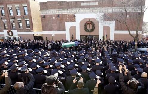 美2万多警察送别纽约殉职警察慈善组织助还房贷
