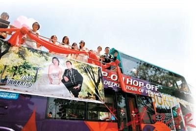 马来西亚华人另类婚车迎亲双层巴士上定终身(图)