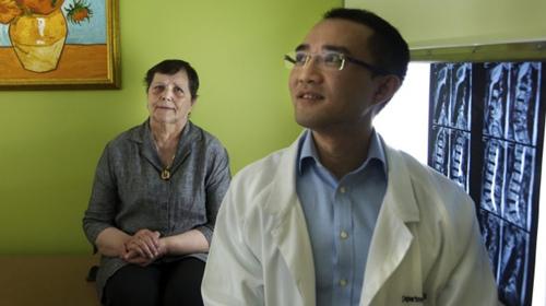 澳洲华裔医生自创手术助晚期癌症患者独立行走