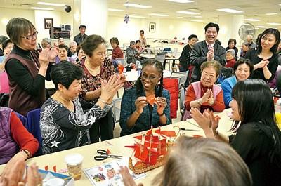 纽约市长夫人探访华裔老人学习中国剪纸乐开怀