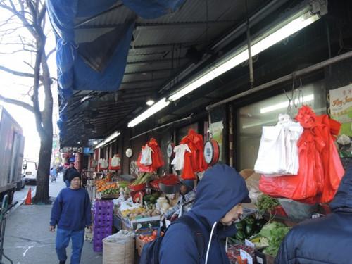 针对购物塑料袋收费提案纽约华人小区意见有分歧
