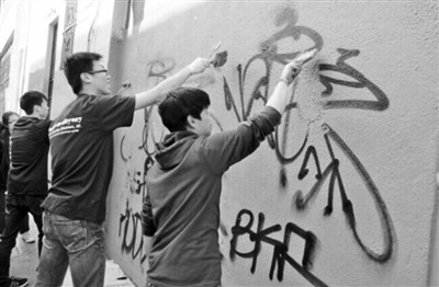 """清除涂鸦、修补壁画美国高中生为华埠""""美容"""""""