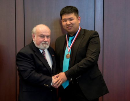 美华裔高中生拥生物研究专长被15所名校录取