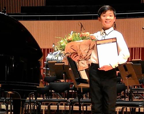 悉尼12岁华裔音乐神童赴丹麦夺国际钢琴赛冠军