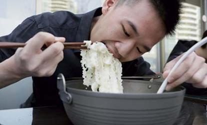 加拿大吃牛肉面比赛华裔夺冠130秒吃完4倍汤面