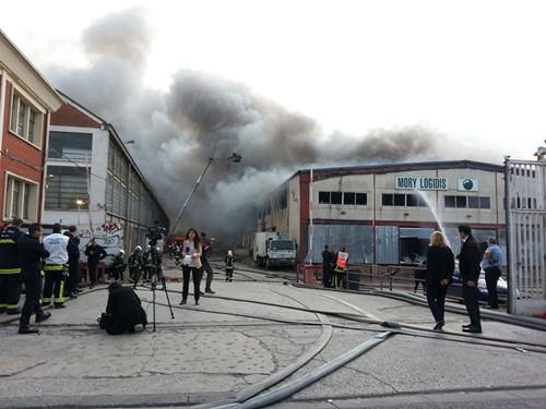 巴黎北郊华人商圈大火中使馆官员赴现场敦促理赔