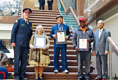 加拿大71岁华裔老翁奋勇抓贼获颁好市民奖