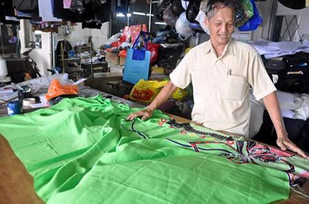 马来西亚华裔老裁缝巧手制衣:剪去大半生光阴