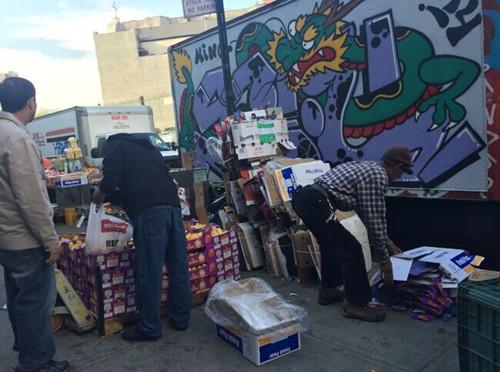 纽约华埠街头摊贩占道垃圾如山华商诉苦生意难做