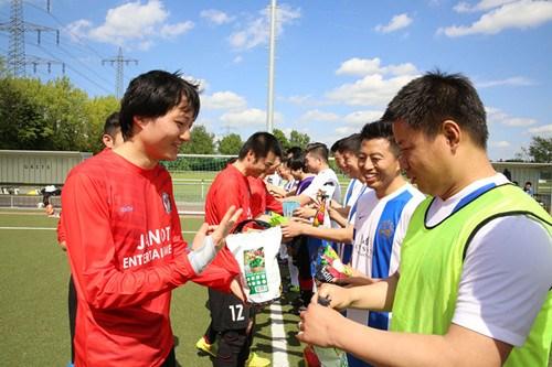德荷中国人足球比分友谊赛重燃烽火_比分2比2握手言和
