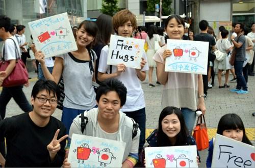 日本中国留学生发起友好拥抱活动冀传递和平