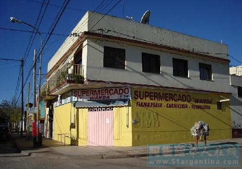 阿根廷一华人超市被抢监控记录歹徒作案过程