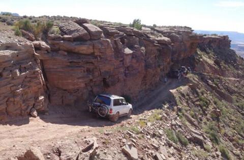 美华人组队驾四驱车峡谷探险险象环生乐在其中