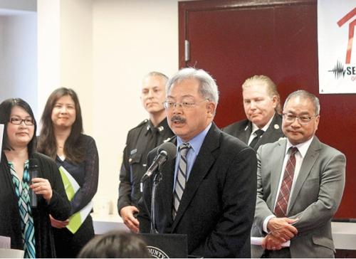 旧金山华裔市长李孟贤访华埠拨20万美元防震灾
