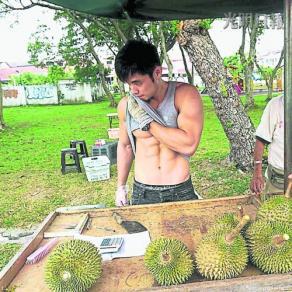 马来西亚一华裔男子秀胸肌卖榴莲女性顾客热捧