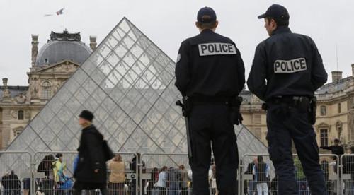 巴黎警局大手笔保中国游客安全民间特警护送大巴