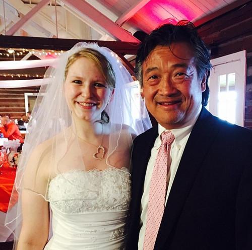 美华裔医生救活14岁女孩10年后获邀参加其婚礼