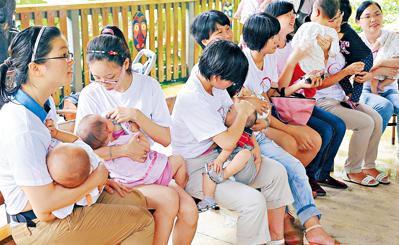 """加拿大""""母乳银行""""助早产儿华裔母亲每月捐10斤"""