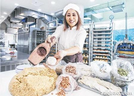 传统海南酥盐月饼的馅料以核桃、松子、杏仁等果仁为主,属于健康食品,受到讲究健康的顾客追捧。(新加坡《联合遭吧》/熊俊华