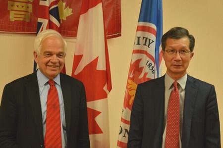 陈国治(右)批联邦政府对安省提名的申请者英语要求过严。(加拿大《世界日报》/谢君