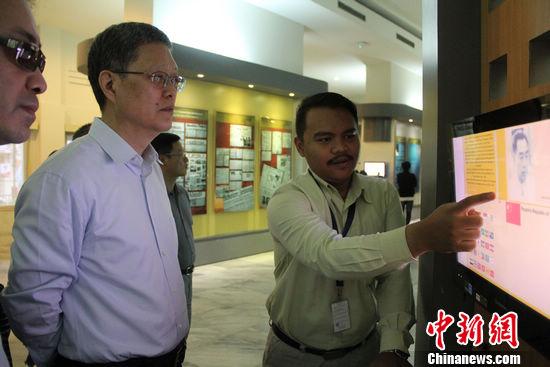 12月6日,正在印尼访问的中国海外交流协会副会长何亚非一行冒雨来到万隆亚非会议旧址参观。在当地福清公会负责人陪同下,何亚非一行参观了亚非会议的历史图片展,并观看了历史纪录片。