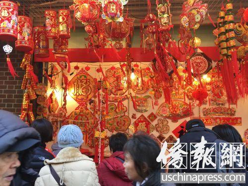 纽约华埠年味十足猴年萌物装饰吸引年轻华裔