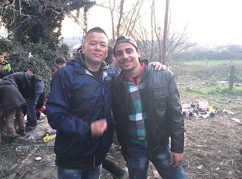希腊救援物资频遭哄抢叙小伙助华人志愿者救难民