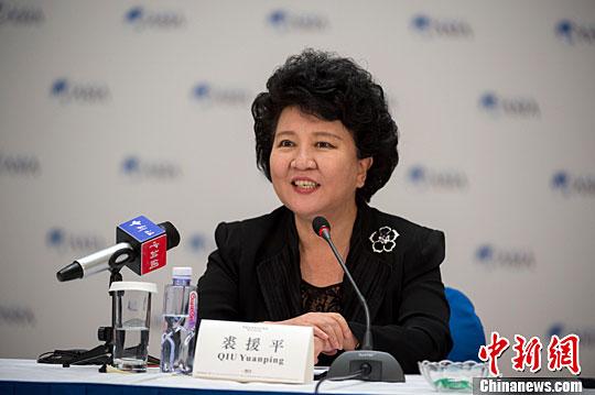 """3月25日,以""""华商创新与亚洲发展""""为主题的""""华商领袖与华人智库圆桌会议""""在博鳌亚洲论坛2016年年会期间举行。图为中国国务院侨务办公室主任裘援平出席并致辞。中新社记者"""