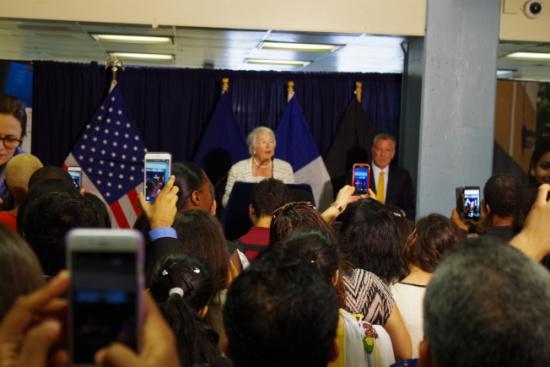 纽约市长勉励公立高中最优毕业生华裔学生在列