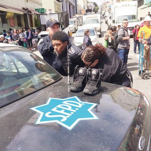 旧金山华埠两妇女被抢金项链华人店主勇擒劫匪