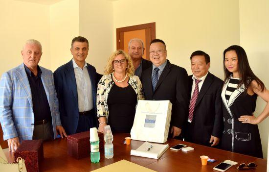 意大利政要晤中国企业家_支持两国医疗合作(图)