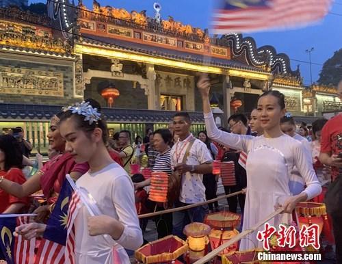 """马来西亚民众""""老街走月""""庆双节"""