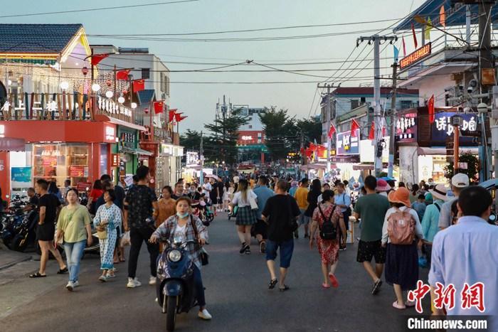 10月2日,广西壮族自治区北海市侨港镇风情街游人如织。 中新社发 王伟臣 摄