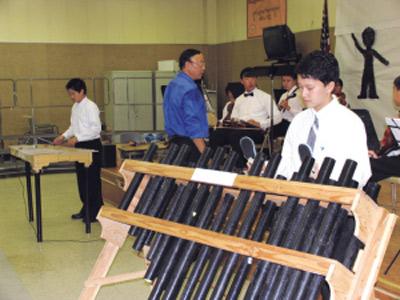 秦淼正在表演他发明的塑管琴